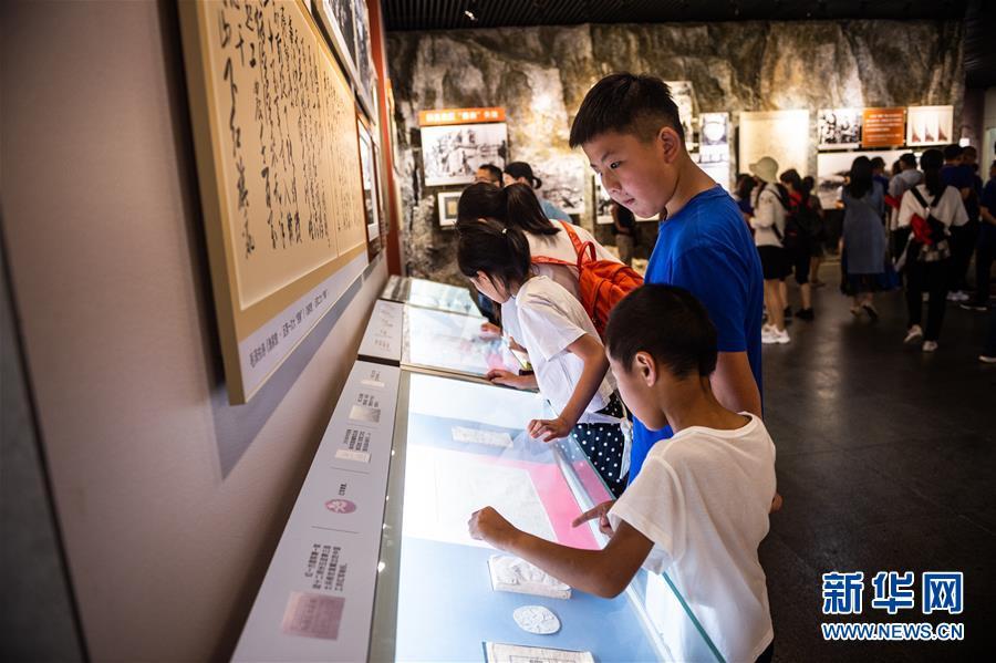 游客在遵义会议纪念馆参观(7月4日摄)。新华社记者 陶亮
