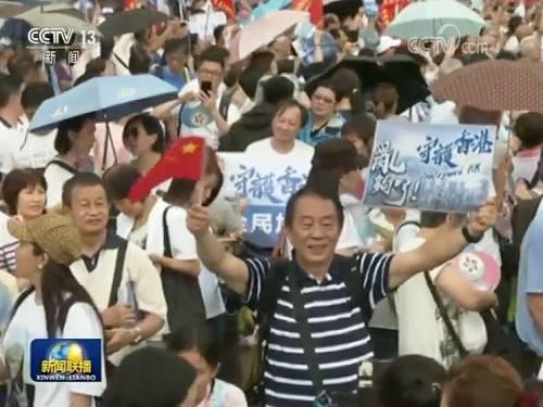 """记者在集会现场看到,香港市民反对暴力、维护法治的决心坚定,他们希望通过""""守护香港""""系列活动,向各界传递共同守护美好家园的正能量。"""