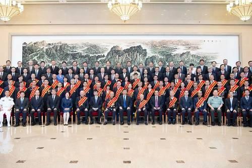 5位白发苍苍的模范退役军人,同习近平等领导同志坐在一起。这是26日定格在京西宾馆的感人一幕。