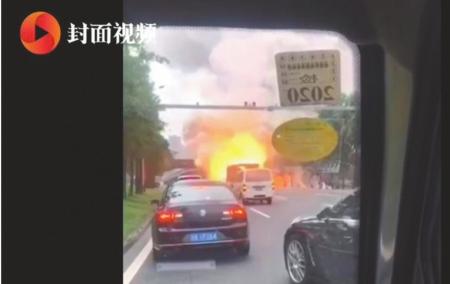 成渝立交一小客车自燃爆炸