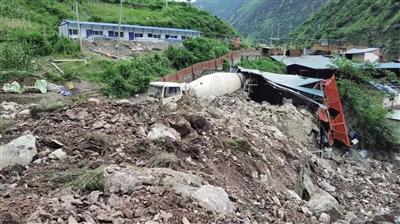 山体垮塌17人失联