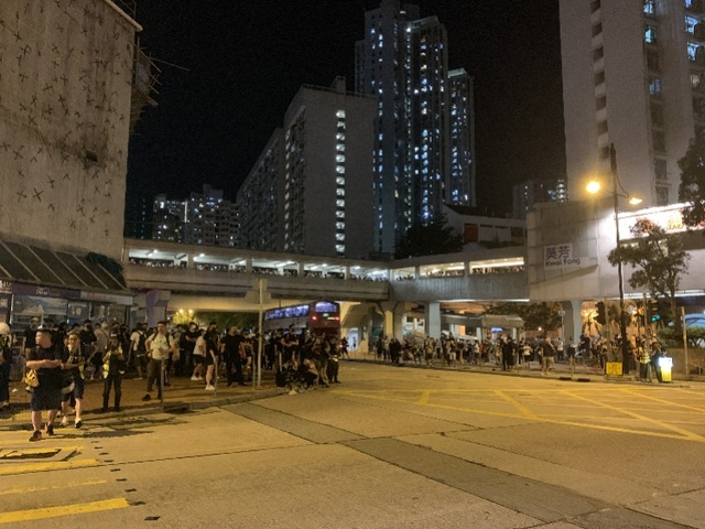 港铁取得禁制令后仍有示威者破坏地铁站,大批警员持盾牌集结警告