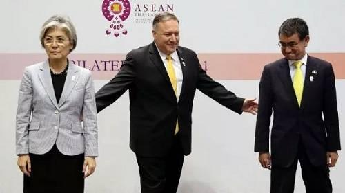 2019年8月2日,在第52届东盟外长会及相关会议期间,美国国务卿蓬佩奥、日本外相河野太郎和韩国外长康京和举行三方会晤。(视觉中国)