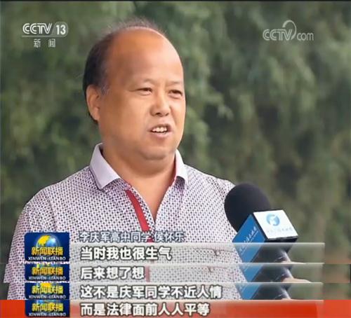 2014年,李庆军被确诊患有尿毒症,为了不耽误工作,他放弃了治疗效果更好的血液透析,选择了自己能操作的腹膜透析。病痛发作时,疼得走路都困难,他依然坚持上班,妻子劝也劝不住。