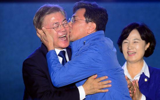 文在寅当选总统后,安熙正兴奋庆祝