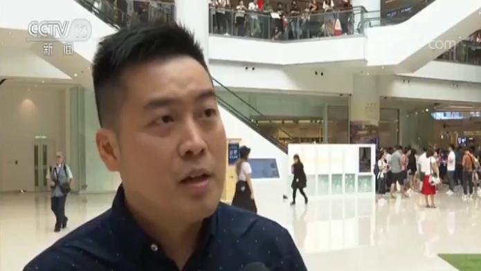 香港市民:香港出现今天的状况真的非常痛心。所以今天我觉得,我们都有必要站出来发声,支持香港(特区政府)支持祖国、支持香港的警察,依法要止暴制乱。我们都是中国人,我以中国人而骄傲。不管在什么地方,我都以中国人而骄傲,要告诉所有人,我们的中国将来会更加强大、祖国会越来越好。