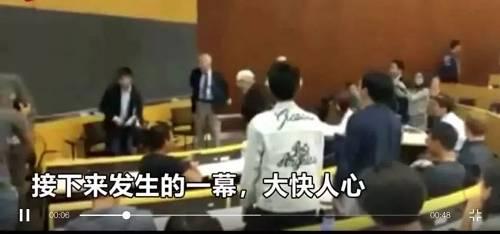 这两位中国留学生并排站立,并没有在意旁边异样和不解的目光,而是坚定地唱着《义勇军进行曲》。