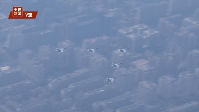 怎么炒股空中梯队丨航母刀锋 舰载机歼-15飞过广场上空