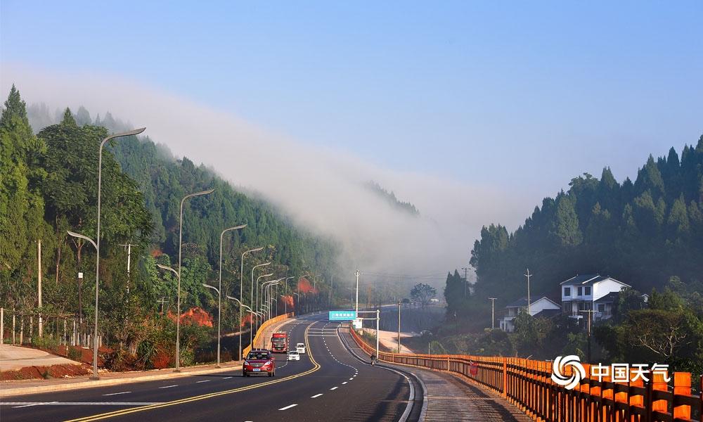 四川遂宁:大雾萦绕中环线 似入仙境