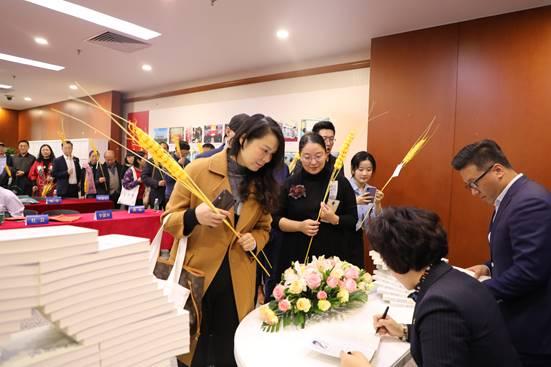 《整合时代》作者杜芸在发布会现场签名赠书