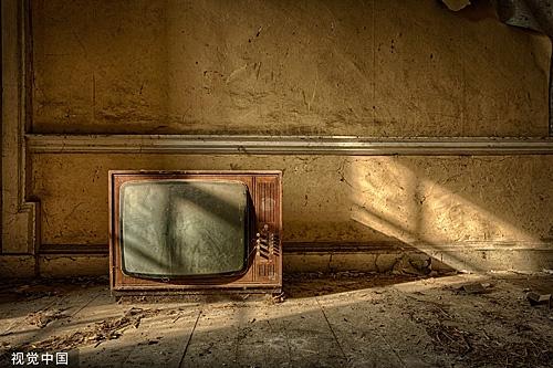 外媒:为何成千上万的英国家庭还在看黑白电视?