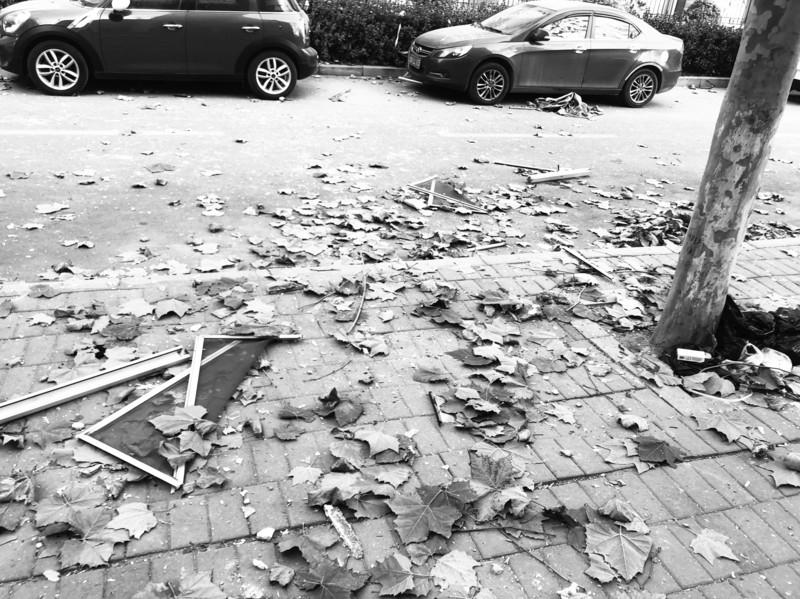小区疑似发生天然气爆炸 玻璃被炸碎,一男子受伤