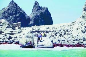 新西兰火山喷发 数十游客下落不明                                                 当时岛上约有50名游客,事故已造成至少5人死亡,仍有20余人失踪