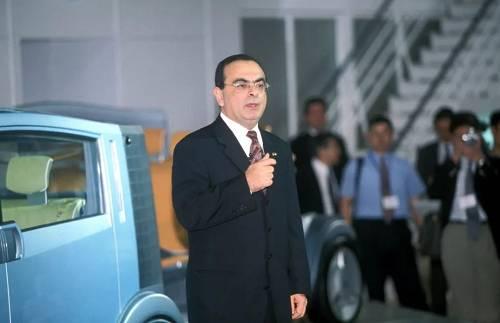 导语:过程堪比好莱坞大片。2019年的末了一出大戏发生在了汽车走业。 12月31日,此前被日本警方逮捕的全球车坛传怪杰物,日产汽车(Nissan Motor Co)前董事长卡洛斯·戈恩(Carlos Ghosn)叛逃出日本,抵达黎巴嫩老家。 这个惊人的消休,波动了全球汽车走业。据黎巴嫩MTV消休报道,这总共都是由戈恩的太太卡洛所安排。