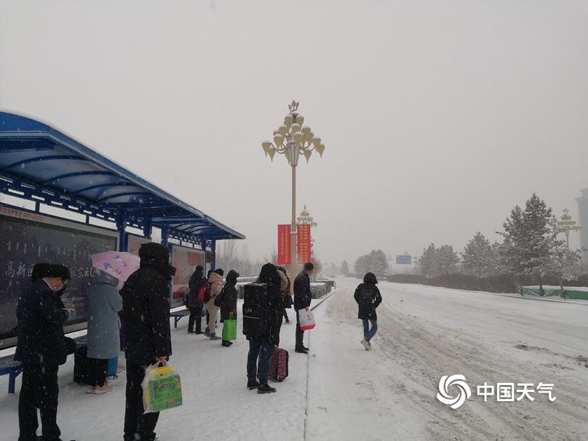 内蒙古鄂尔多斯中心城区普降大到暴雪 交通受影响
