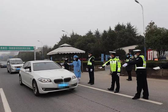 苏州张家港的一个路口检查站