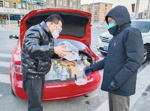 张鹏为社区居民送医护物资