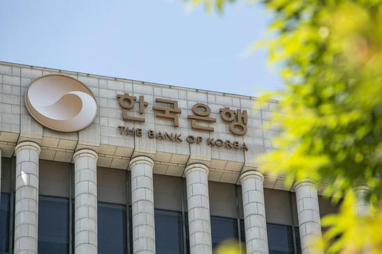 韩国政府担心疫情爆发造成的长期损害,正在寻求国会迅速批准11.7万亿韩元(95亿美元)的额外预算。