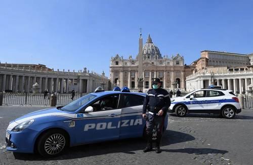 3月15日,在意大利罗马的圣彼得广场,一名戴口罩的警察在执勤。新华社/路透