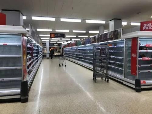 超市货架已如被洗劫般空空荡荡。