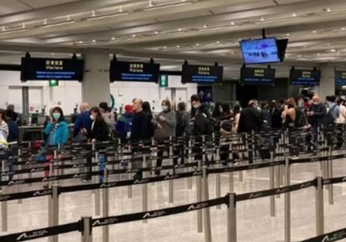 """据香港""""东网""""报道,香港特区行政长官林郑月娥23日举行记者会,并宣布于25日凌晨开始,所有非香港居民从海外乘飞机抵港不准入境,机场停止所有转机服务。从内地、澳门及台湾地区入境人士,如过去14天曾到海外,亦不准入境。而由澳门和台湾地区入境的所有人士,包括香港居民,都需要强制检疫14日,相关措施暂定为期14天。"""