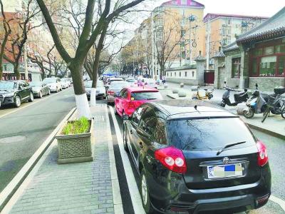 街边违法停车又多起来了