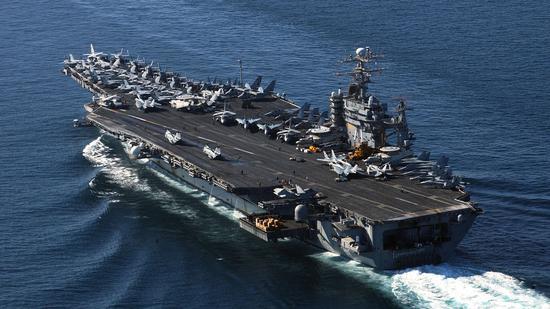 """北京时间2日消息,据美国媒体报道,美国海军官员称,爆发新冠肺炎疫情的""""西奥多-罗斯福号""""航母上的近3000名船员将于周五之前下船接受隔离检疫。"""