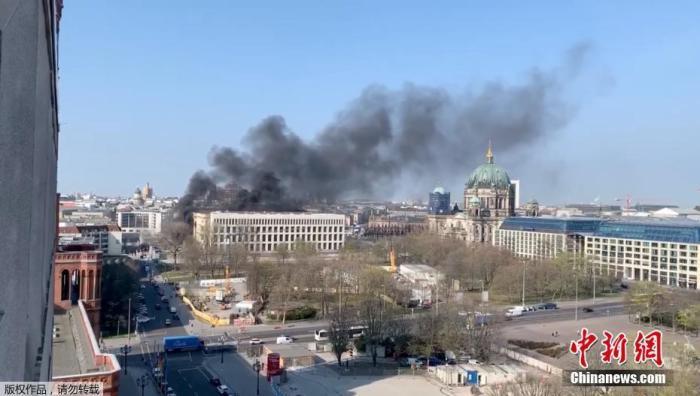 外媒:德国柏林城市宫发生火灾 已造成1人受伤