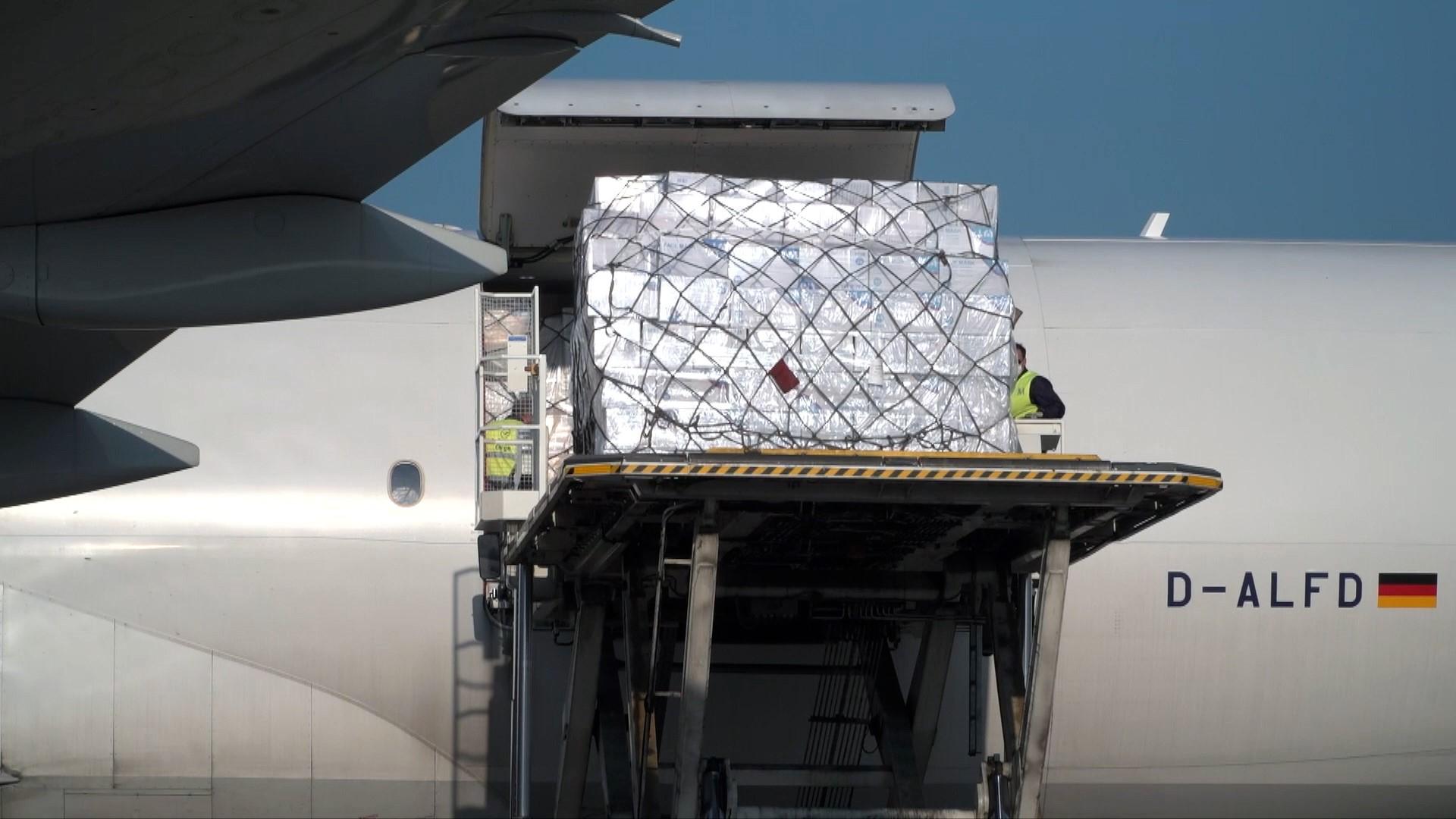德国汉莎航空运送的一批800万只中国口罩运抵慕尼暗机场(图片来源:CGTN)