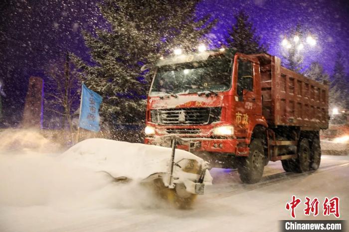 中国边城黑河迎战暴雪 多方联动保畅通保生产