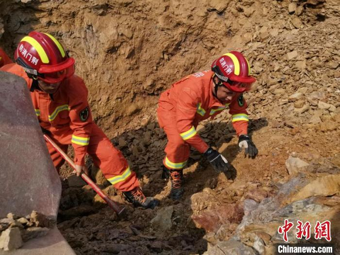 湖北荆门:山体滑坡致货车被埋 消防员徒手挖掘