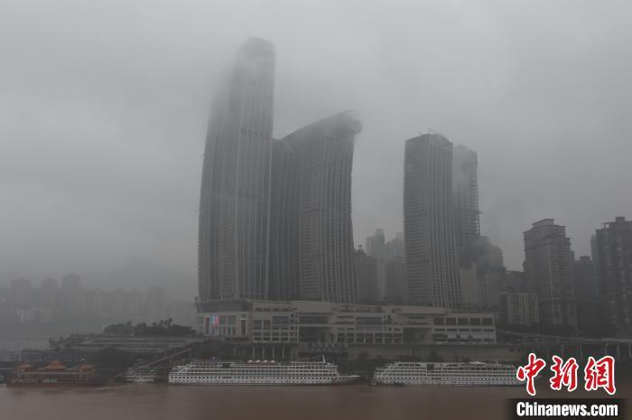 重庆主城遭遇大雾天气 高楼建筑若隐若现