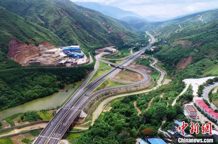 世界遗产哈尼梯田试通高速公路 预计年底连通中越边境
