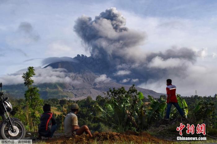 印尼锡纳朋火山再次喷发 火山灰柱高达2000米(图)