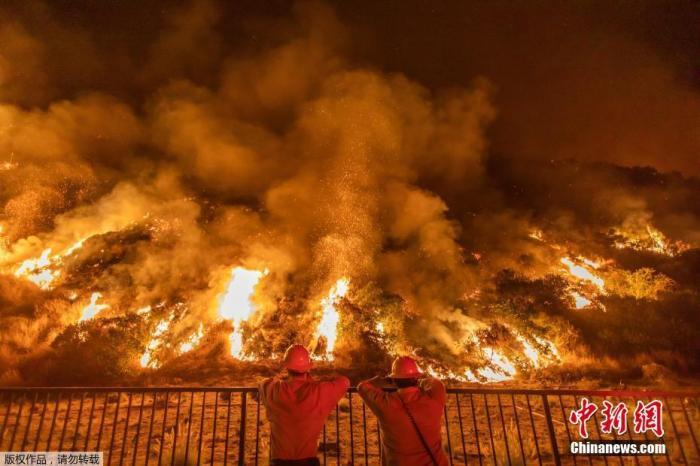 美加州雷暴加剧山火蔓延 已有数百人撤离家园