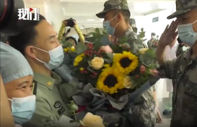 安徽庐江县为转移群众被洪水卷走的战士康复出院