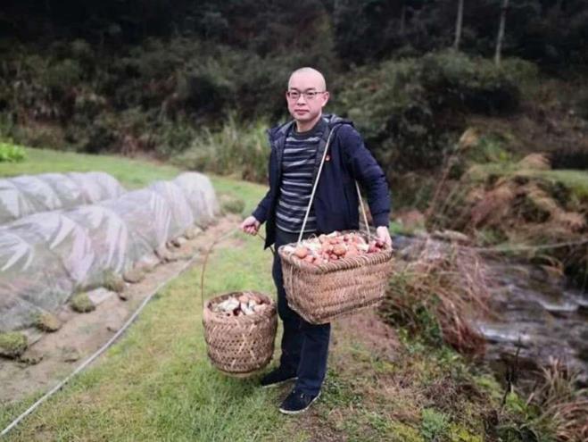 图说:严柏洪多渠道帮助贫困户卖松茸菌等农产品,有针对性地开展消费扶贫