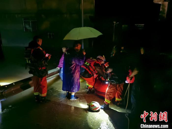 """贵州省多地受暴雨""""袭击"""" 官方启动防汛Ⅲ级应急响应"""