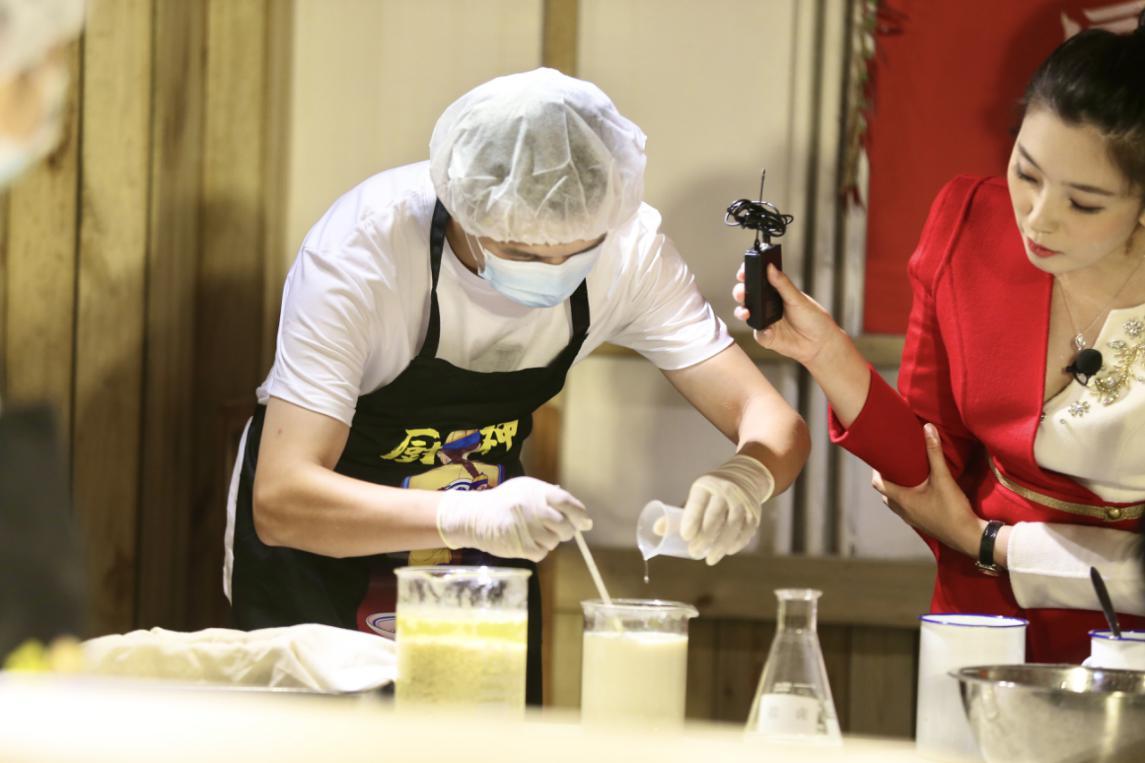 """图为""""王致和腐乳酿造技艺""""工序之一""""点桨"""",也就是大家熟悉的""""卤水点豆腐""""。(图文/达明)"""
