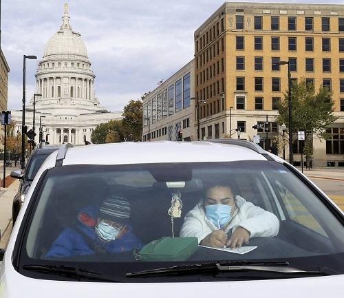 AP:新冠病毒专找特朗普麻烦 中西部关键摇摆州疫情大爆发推低其民调