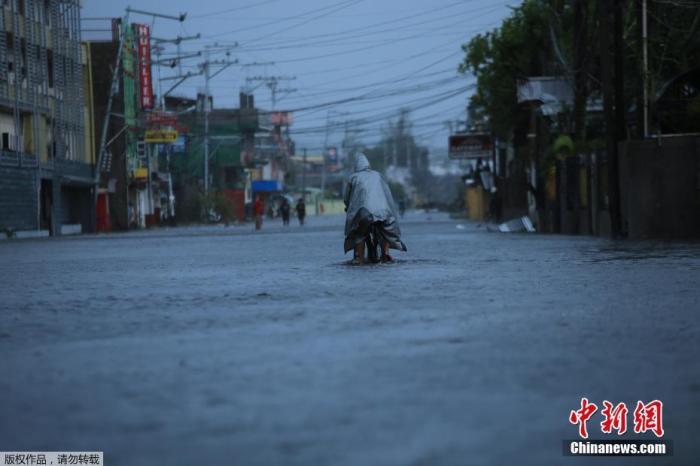 """菲律宾遭台风""""天鹅""""侵袭受灾严重 至少10人遇难"""