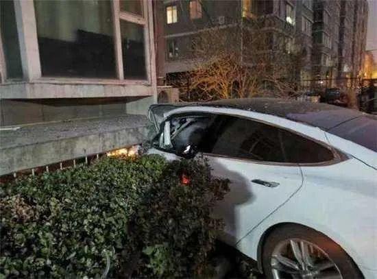 """usdt自动充值(caibao.it):特斯拉又曝""""加速门""""!一辆Model 3撞入旅店大堂,司机:我有40年驾龄了,真没踩油门 第4张"""