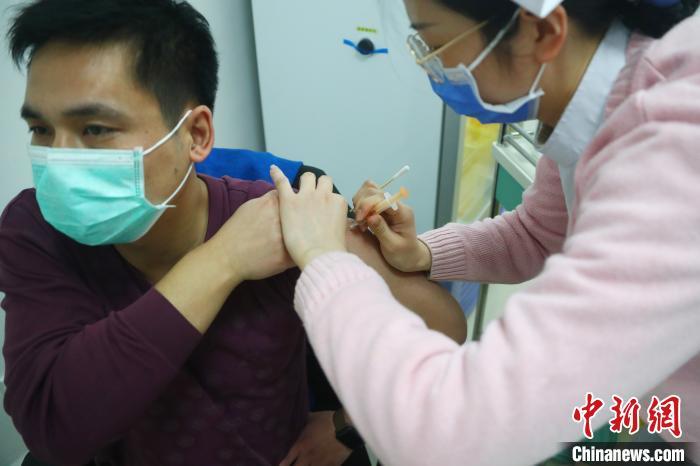 探访江西新冠疫苗接种现场:全程高效有序 疫苗贮存规范