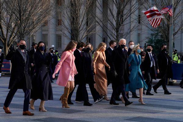 美媒:美国总统就职典礼上朗诵的诗作很畅销