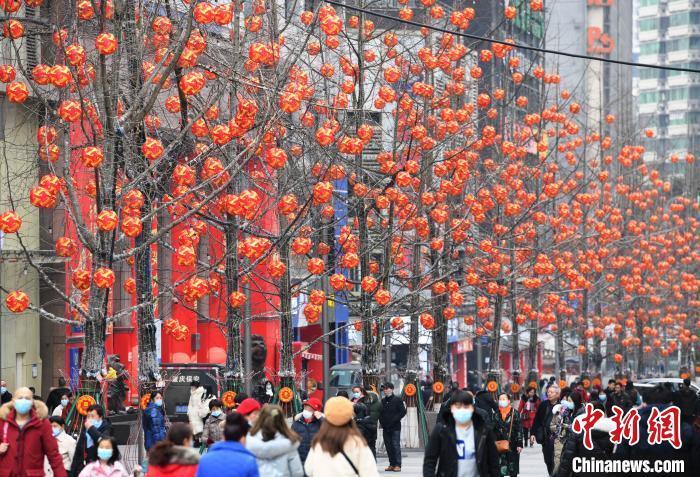农历新年将至 重庆街头灯笼高挂年味浓