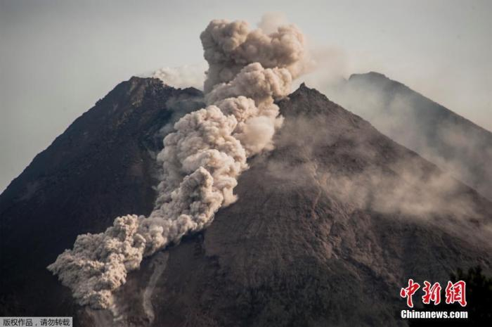 印度尼西亚默拉皮火山喷发 巨大灰云直冲天际(图)