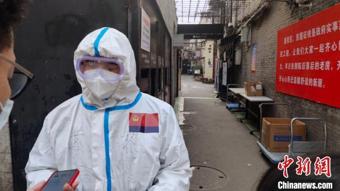 """上海贵西小区实施隔离管控 两民警入驻变身""""临时居民"""""""