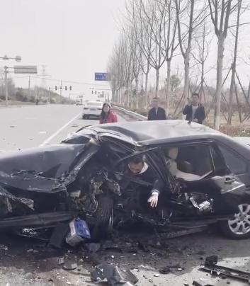老车安全性堪忧!大众普桑车祸 司机被卡驾驶位动弹不得