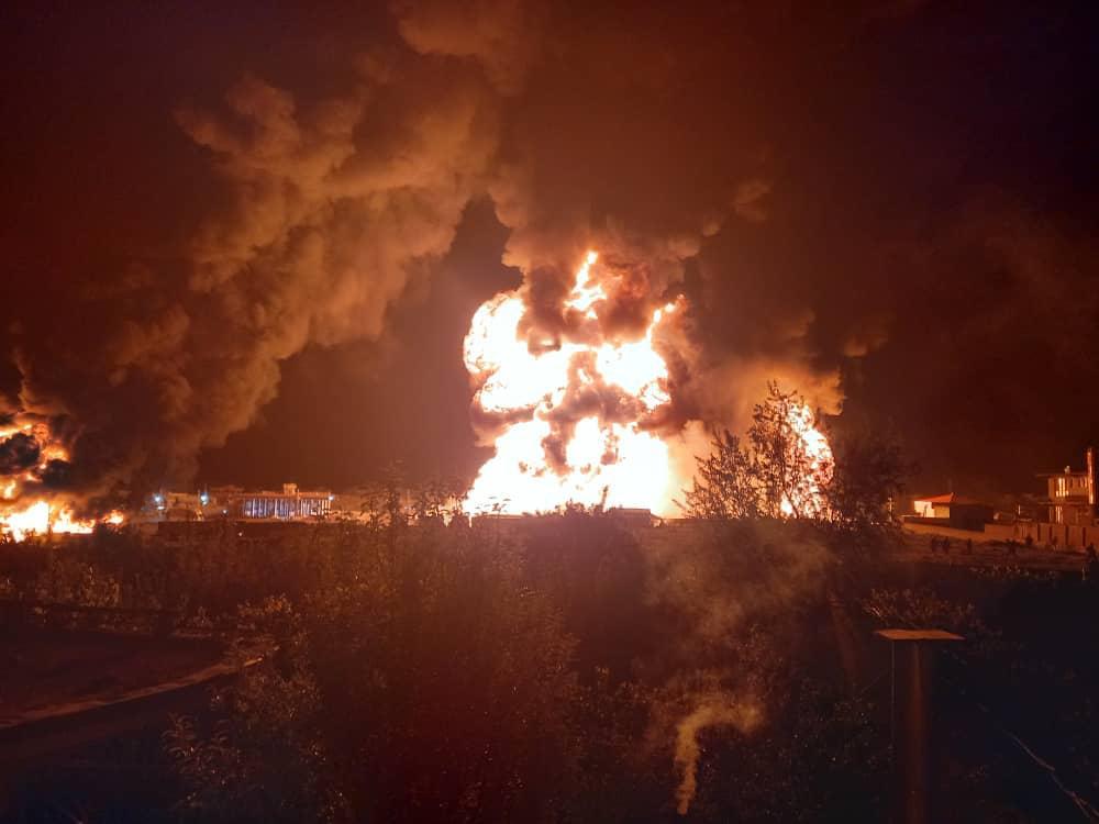 阿富汗一加油站起火引发爆炸:浓浓黑烟腾起,熊熊大火将夜空染成红色