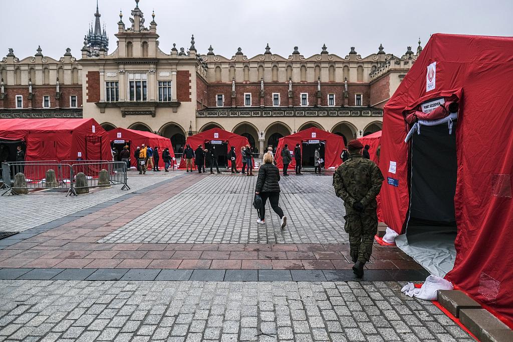 波兰主市场广场变成新冠疫苗接种中心